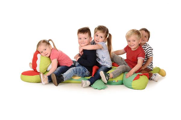 Kinderopvang Elst - kinderen op een grote knuffel
