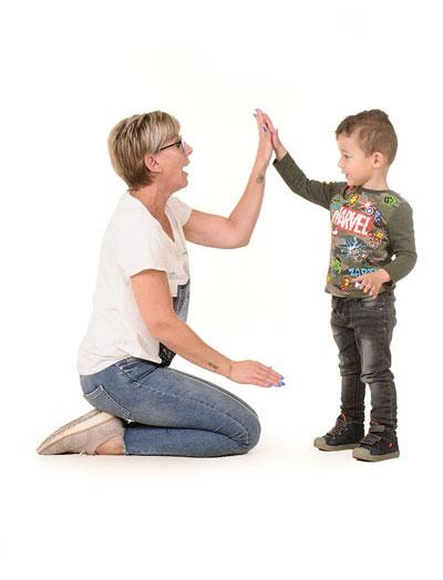 Nannies Kerkenbos - Leidster met kind.
