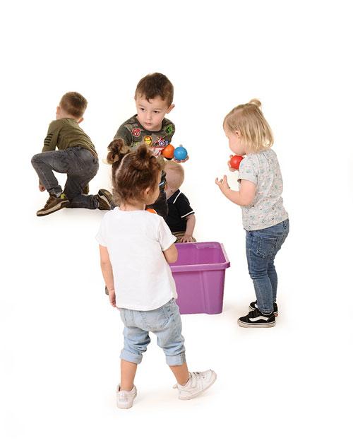 kinderen samen aan het spelen bij Nannies